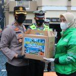 Peduli Sesama, Polres Banjarnegara Bersama Komunitas Sarsipol Bagi Takjil dan Masker Gratis