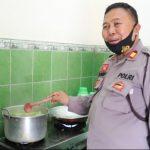 Kisah Kapolsek Bawang Banjarnegara Masak Makan Siang Buat Tenaga Medis
