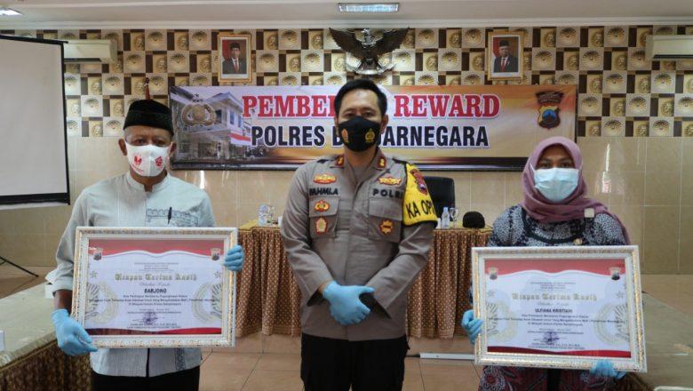 Polres Banjarnegara Beri Penghargaan Dua Warga Atas Partisipasi Membantu Tugas Kepolisian