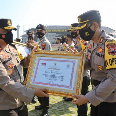 Kapolres Banjarnegara Terima Piagam Penghargaan Menpan RB yang Diserahkan Kapolda Jateng